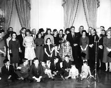 PRESIDENT JOHN F. KENNEDY AT CEREMONY FOR CABINET MEMBERS - 8X10 PHOTO (BB-315)