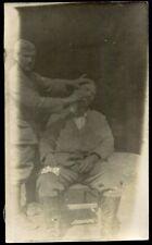 photo de la guerre 1914-1918 .vie dans la tranchée . le Barbier