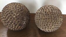 Ancienne Boule  cloutée en bois - Clous à tetes rondes