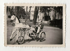 PHOTO - Snapshot Vintage - MANÈGE TRICYCLE CHEVAL - ENFANT Petit garçon - 1959