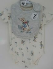 BRAND NEW PETER RABBIT COTTON ROMPER & BIB SET DUO SIZE 000 (0-3 MONTHS)