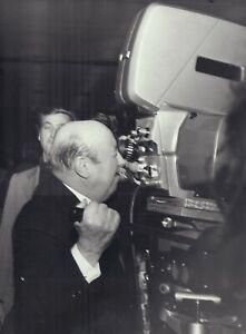Marcel CARNE - réalisateur -vie privée et tournage - IMAGE N&B   -18 x24cm