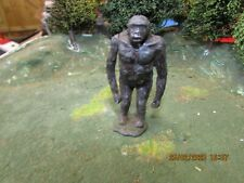 VINTAGE LEAD BRITAINS  ZOO MOUNTAIN GORILLA WITH MOVING ARM  # 906  1:32