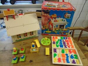 VINTAGE 1975 FISHER PRICE PLAY FAMILY SCHOOL BOXED