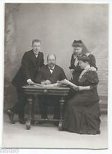 C744 Photo ancienne vintage Famille journaux lecture bureau décor studio