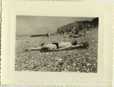 PHOTO ANCIENNE - VINTAGE SNAPSHOT - HOMME ALLONGÉ PLAGE VEULES LES ROSES SIESTE