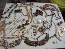 Lot de 50 anciens bijoux fantaisies complets (colliers, paires de boucles d'orei