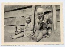 Foto Kinder zwei kleine süsse Mädchen Badekappe Strandbad Picknick Bierglas 1942