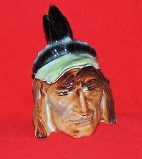 Pot à Tabac. Tête d'indien à la coiffure plumes noires. Barbotine début XXe.