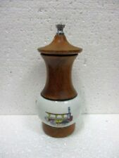 Moulin à poivre cylindrique en bois et porcelaine décoré S.B.M.