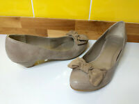 Clarks Kitten Heel Court Shoes Size 5 / 38 Bow Front Taupe Work Round Toe VGC