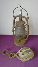Ancienne poulie de marine en bois double+ attache supérieure et lampe tempête