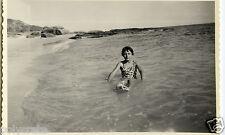 Portrait jeune fille à la plage dans l'eau - Photo ancienne an. 1950