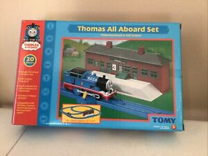 2004 Tomy Thomas & Friends ALL ABOARD SET Motorized Thomas Train Engine Building