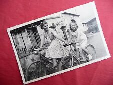 PHOTOGRAPHIE ANCIENNE , jeunes filles à vélo , photo  1950 bicyclette