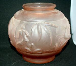 vase boule ,art déco,en verre pressé rose, à décor de gazelles et guerriers