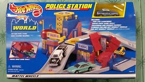 HOT WHEELS WORLD POLICE STATION K9 UNIT CAR COPS & ROBBERS FIGURES 1999 New NOS
