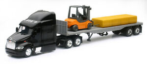 New Ray SS-15123J 1:43 Peterbilt 387 with Flatbed Trailer, Forklift Hay Bales