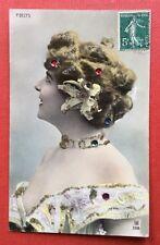 CPA. Paule DELYS. Artiste. Theatre. Star. Ajoutis Paillettes Perles plates.1908.
