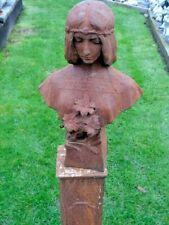 buste d une femme au fleurs en fonte pat rouillé . statue en fonte