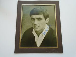 GEORGE BEST MANCHESTER UNITED YOUNG FACSIMILE AUTOGRAPH PHOTOGRAPH IN MOUNT