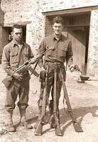 WW2 Photo WWII  US Soldiers Captured German Weapons Stg44 Gehewr 43  P38 / 1492
