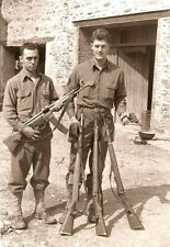 WW2 Photo WWII  US Soldiers Captured German Weapons Stg44 Gehewr 43  P38 / 1492