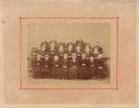 Photo ancienne classe école de petites filles en Vendée costumes coiffes 1900