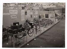PHOTO DE PRESSE Stand Salon Vélo Batterie Cyclomoteur Gelem Bicyclette 1950