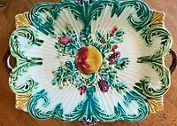 Plat en barbotine ancien à décor de fruits