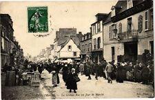 CPA   Pontorson (Manche) -La Grande Rue un Jour de Marché   (209065)