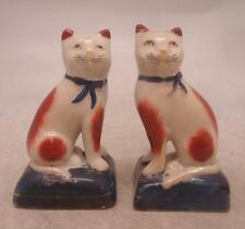 Staffordshire poterie paire de figurines-assis chats avec ruban colliers