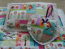 Cochecito Manta Colcha hecha a mano muñecas ropa de cama, conjunto de almohada & Corazón