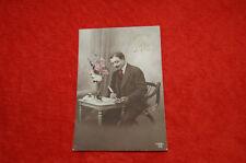 Carte postale ancienne / Homme qui écrit à la plume   / fleurs / BONNE FETE