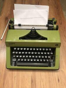 Mechanische Schreibmaschine Olympia Monica Schriftart TECHNO/CARE