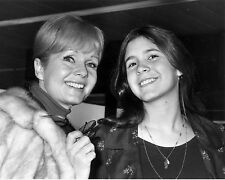 DEBBIE REYNOLDS & DAUGHTER CARRIE FISHER IN 1972 - 8X10 PUBLICITY PHOTO (ZY-651)