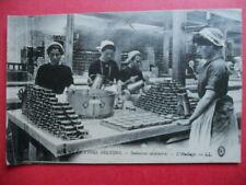 BRETAGNE  :  L'Industrie Sardinière  -  Le Huilage....VO.1915.
