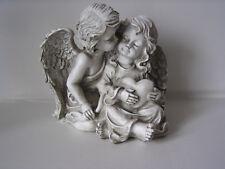 Engelspaar sitzend mit Herz in der Hand, steingrau, h=21,5 cm, Grabschmuck