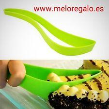 Pinza corta tarta y pastel, porción perfecta en el plato, plastico verde