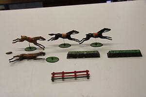 4 Stück alte Pferde aus Zinn mit Zubehör vermutlich für Brettspiel