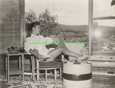 ACTRESS PATRICIA OWENS IN A PONYTAIL RELAXING AT HOME LEGGY PHOTO A-PO2
