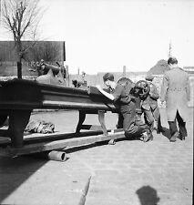 PARIS c. 1948 - Ouvriers Déplacement Machine Outils - Négatif 6 x 6 - N6 P143