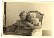 Enfants assis fauteuil - photo ancienne amateur an. 1940 50