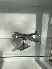 Ancien avion en aluminium  sur socle