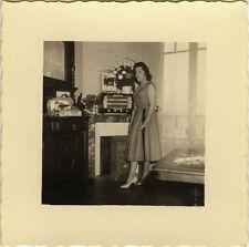 PHOTO ANCIENNE - VINTAGE SNAPSHOT - FEMME MODE RADIO TSF INTÉRIEUR - FASHION
