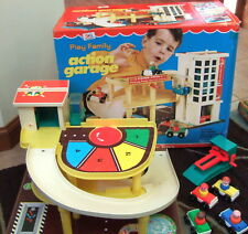 1970 BIG! BOXED FISHER PRICE PLAY FAMILY ACTION GARAGE LITTLE PEOPLE + BOX  #930