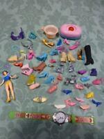 grand lot de chaussures dépareillées divers barbies e tc figurine blanche-neige