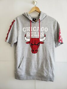 CHICAGO BULLS GRAPHIC PRINT HOODIE SHORT SLEEVE GRAY SWEATER POCKETS VINTAGE...