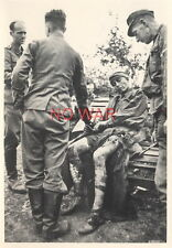 WWII ORIGINAL GERMAN PHOTO ELITE DIVISION SOLDIERS & WOUNDED POW SOVIET SOLDIER