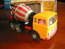 Camions miniatures utilitaire jaunes